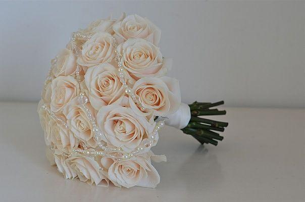 Свадебные букеты, украшенные жемчужными бусинами
