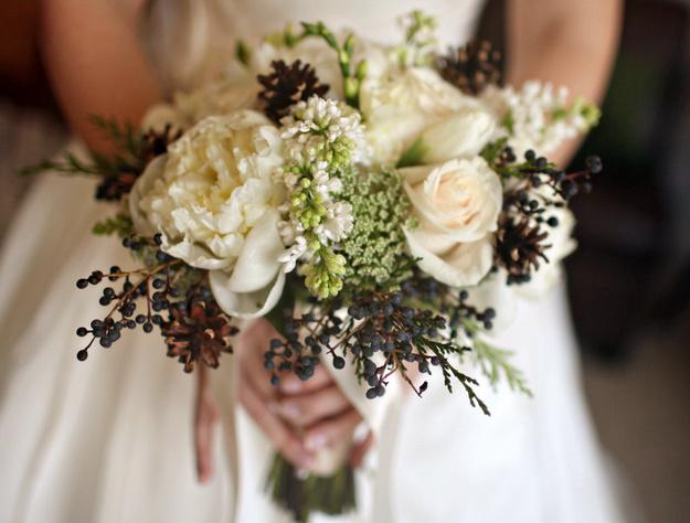 svadebnyj-buket-s-shishkami-i-vetochkami Тренды свадебной флористике в 2015 году