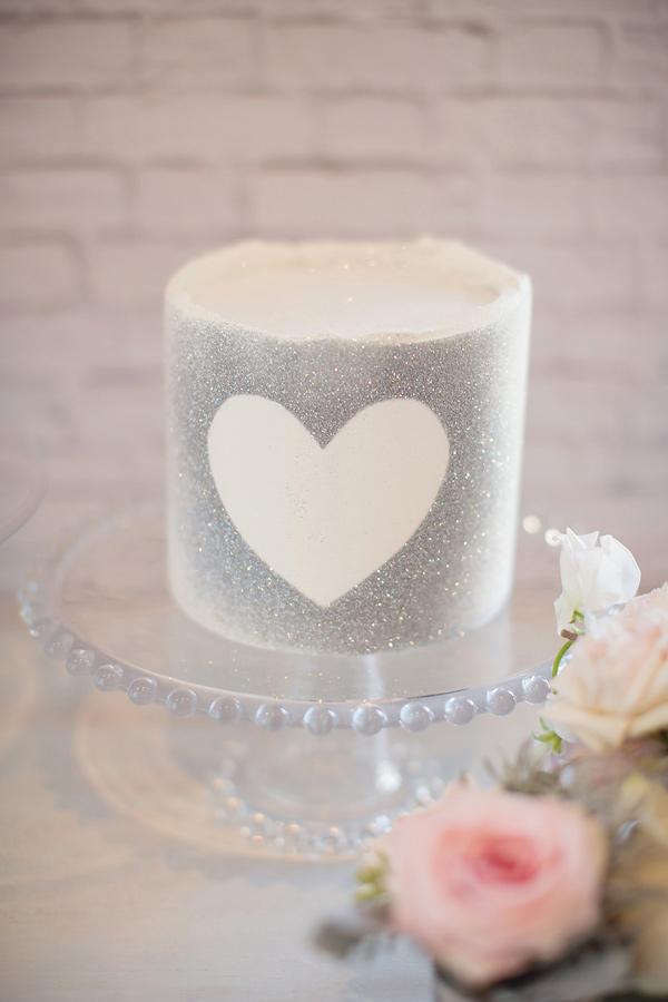 tort-na-svadbu-v-blestkah Блестки в оформлении свадебных тортов