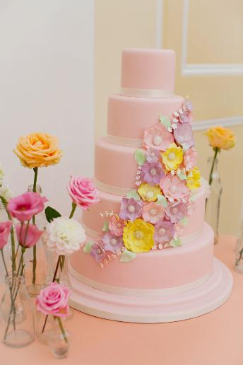 tort-tsvetochnye-motivy Как использовать цветочные мотивы при оформлении весенней свадьбы