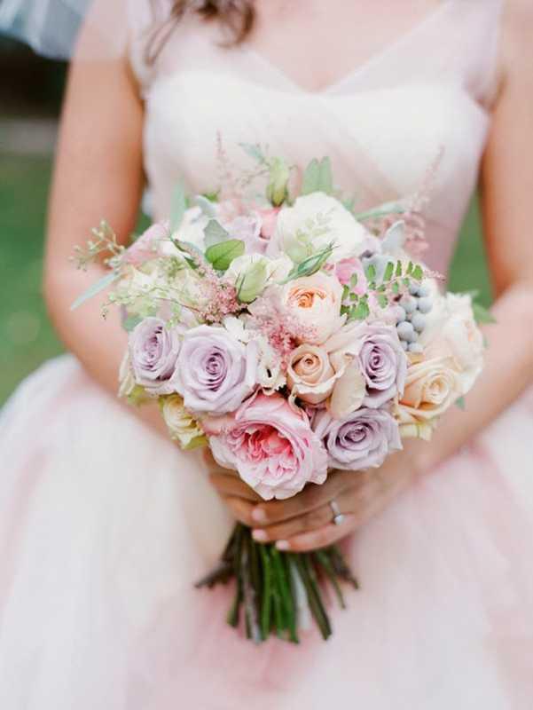 Vesennij-svadebnyj-buket-iz-roz-4 ТОП-24 самых нежных свадебных букета для весенней свадьбы