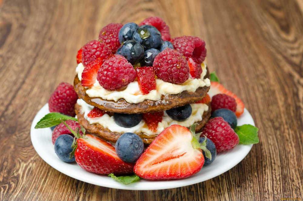 vkusnyj-svadebnyj-desert-iz-yagod-klubnika-i-malina Необычное угощение– блинный торт