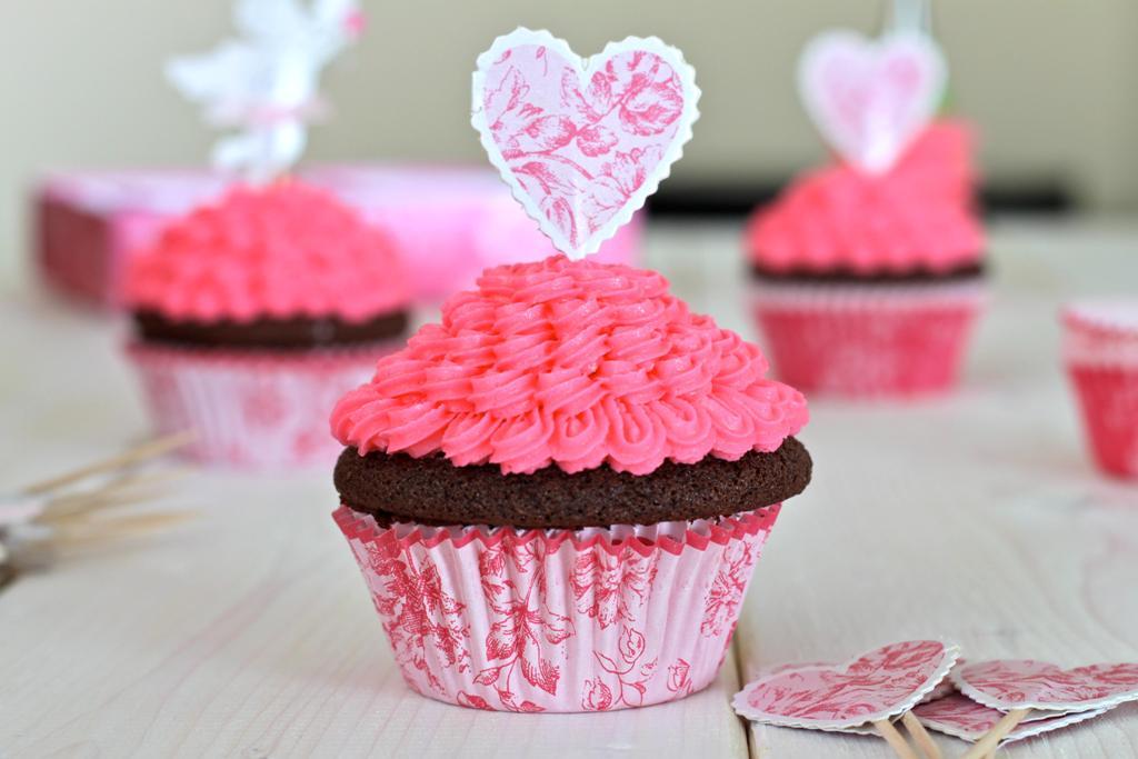 0-rozovye-kapkejki-dlya-rozovogo-Kendi-Bara Стильные розовые капкейки для свадебного Кэнди Бара