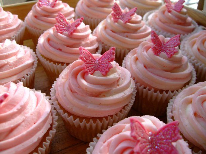 2-kapkejki-s-rozovym-dekorom Стильные розовые капкейки для свадебного Кэнди Бара