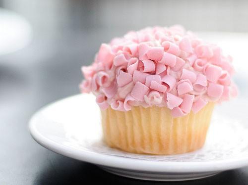 3-kapkejki-s-rozovoj-shokoladnoj-struzhkoj Стильные розовые капкейки для свадебного Кэнди Бара