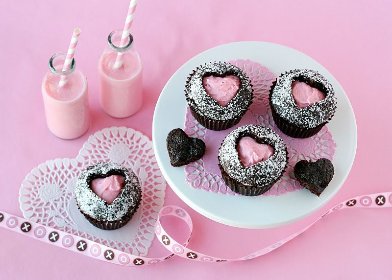 4-shokoladnye-kapkejki-s-rozovoj-nachinkoj Стильные розовые капкейки для свадебного Кэнди Бара