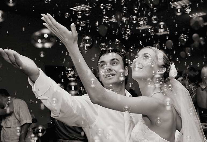 chernobelaya-fotosessiya-molodozhenov-mylnye-puzyri Воздушная свадебная фотосессия с мыльными пузырями