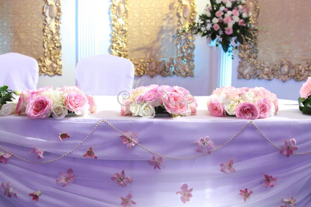 dekor-stola-molodoenov-tsvetami ТОП-8 идей по оформлению стола жениха и невесты