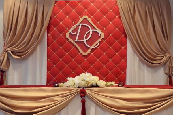 dekor-stola-molodozhenov-rastyazhkoj ТОП-8 идей по оформлению стола жениха и невесты