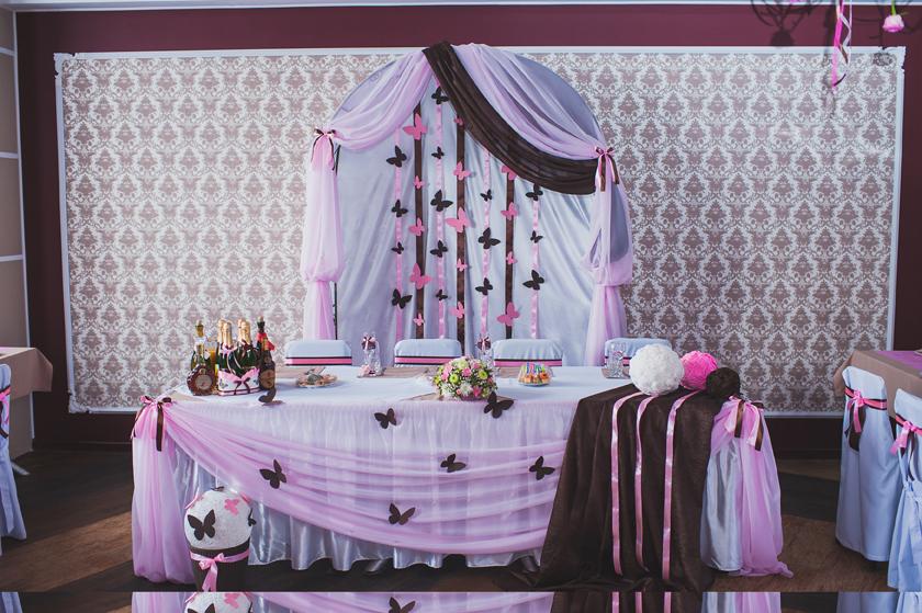 dekor-stola-molodozhenov-yarkij-rozovyj-tsvet ТОП-8 идей по оформлению стола жениха и невесты
