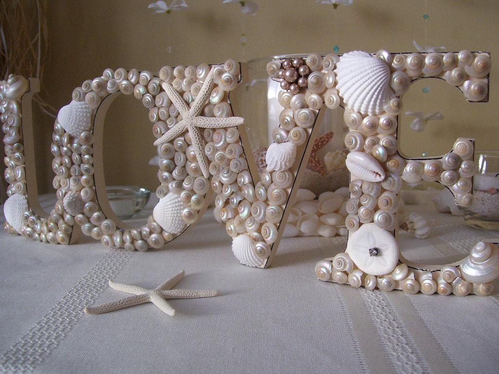 dekorativnye-bukvy-dlya-svadby-s-rakushkami Большие буквы в свадебном декоре для оформления свадебного торжества и фотосессии