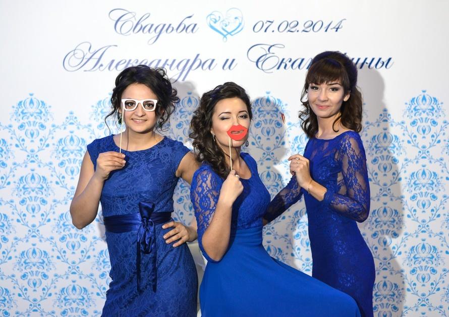 foto-gostej-na-fone-svadebnogo-press-vola Пресс волл на свадьбу - интересная замена фотостены