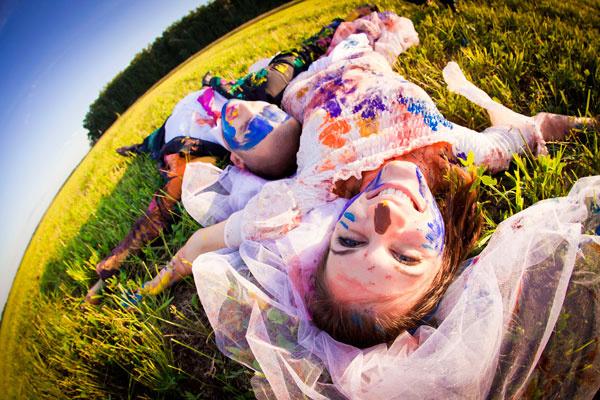 fotosessiya-na-svadbu-s-kraskami Идея для свадебной фотосессии с красками