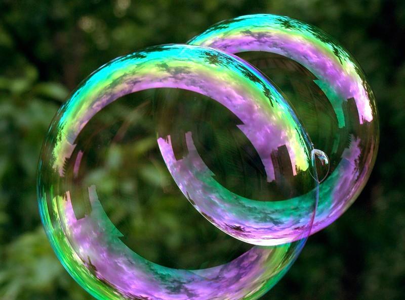 fotosessiya-s-mylnymi-puzyrimi-na-svadbe Воздушная свадебная фотосессия с мыльными пузырями
