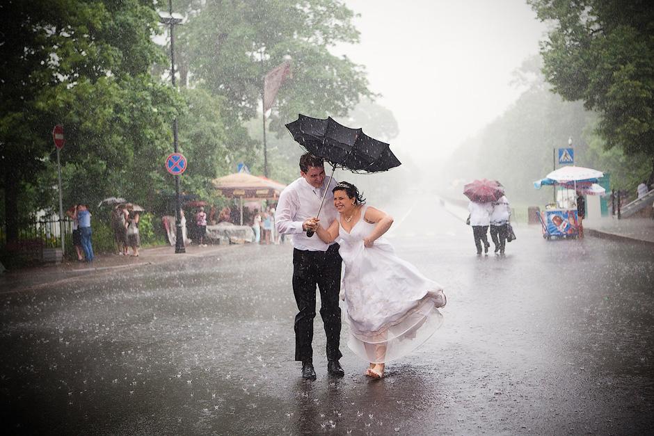 fotosessiya-zheniha-i-nevesty-pod-dozhdem Свадебная фотосессия под дождем