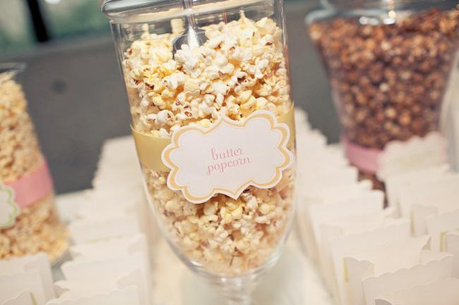 idei-dlya-dekora-popkorn-bara Попкорн бар - один из вариантов свадебного десертного стола