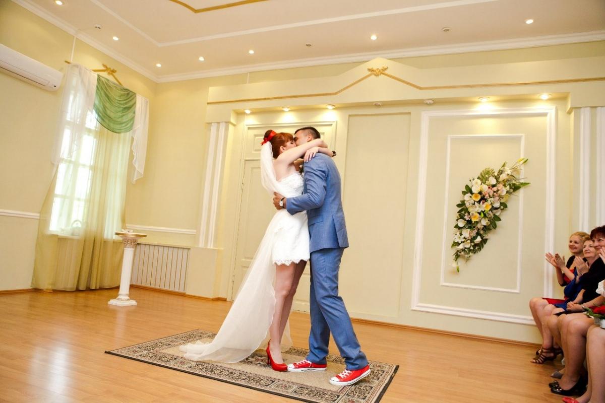 kedy-na-svadebnom-torzhestve Кеды вместо туфель для невесты на свадьбу