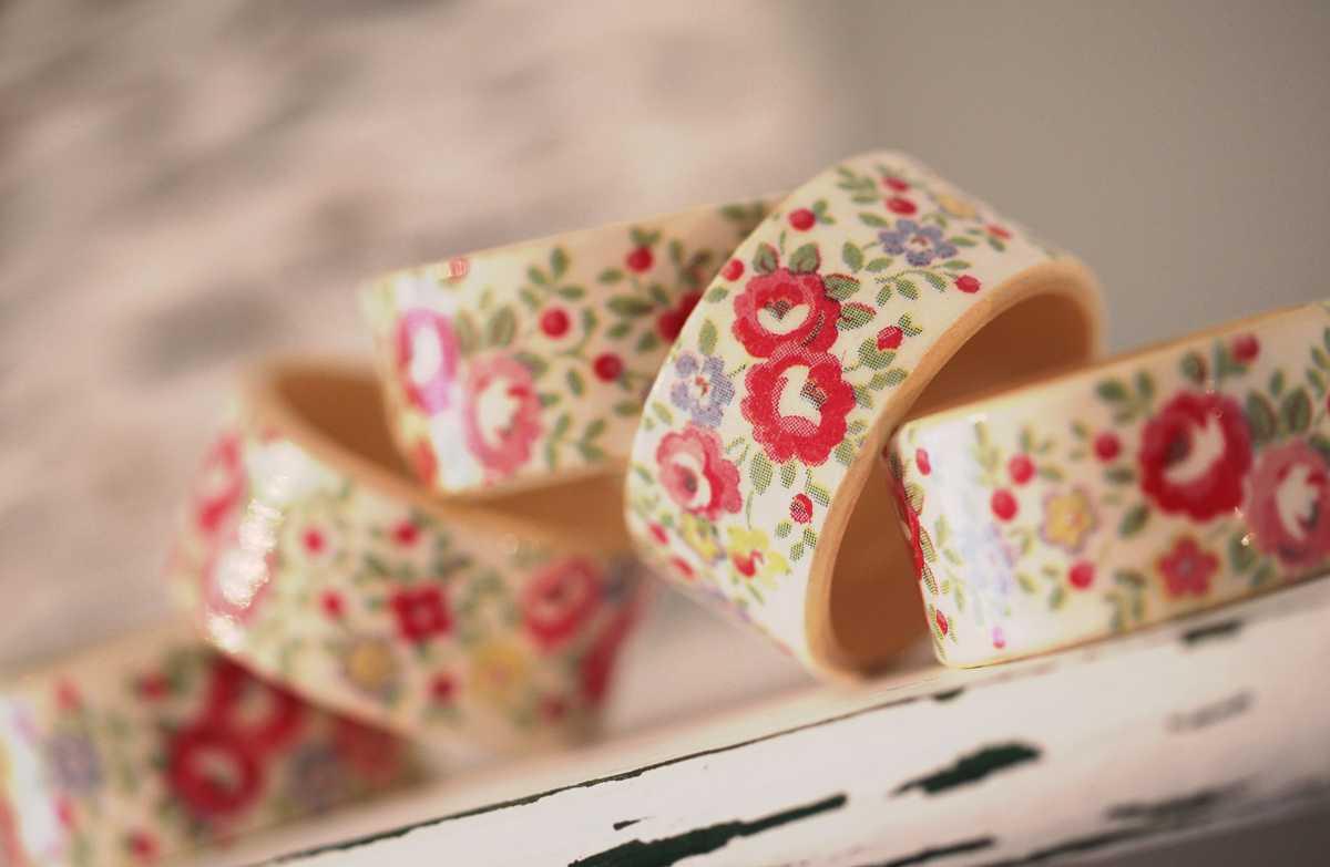 koltsa-s-tsvetochnoj-rospisyu ТОП-10 колец для салфеток для сервировки свадебного стола