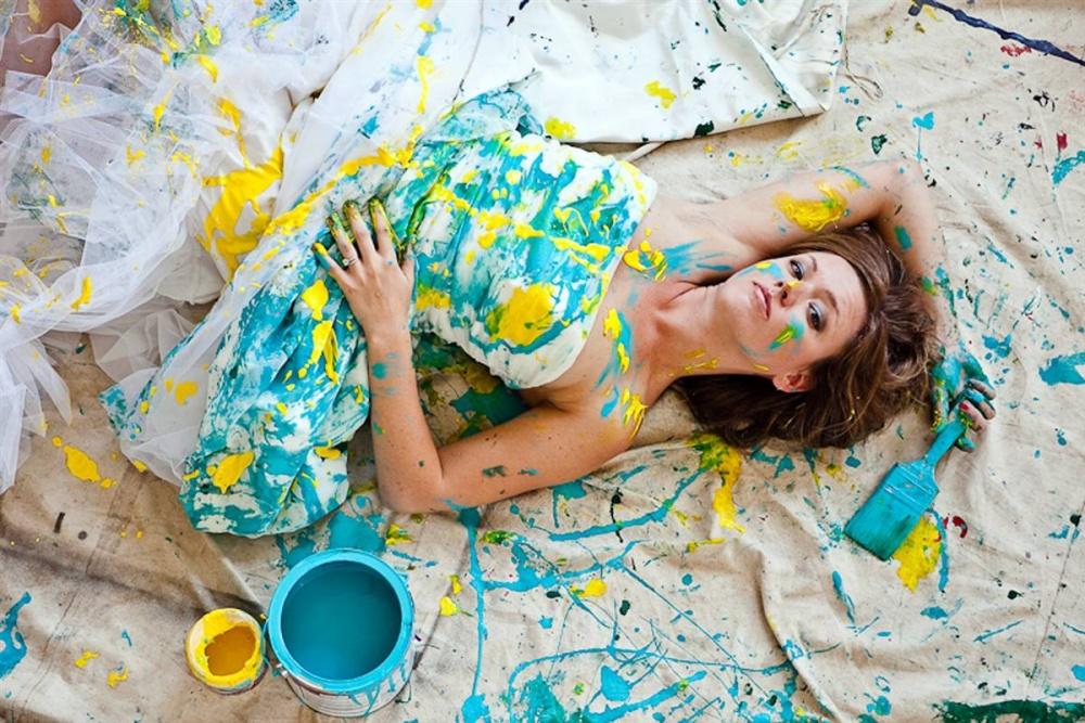 kraski-rekvizit-dlya-svadebnoj-fotosessii Идея для свадебной фотосессии с красками