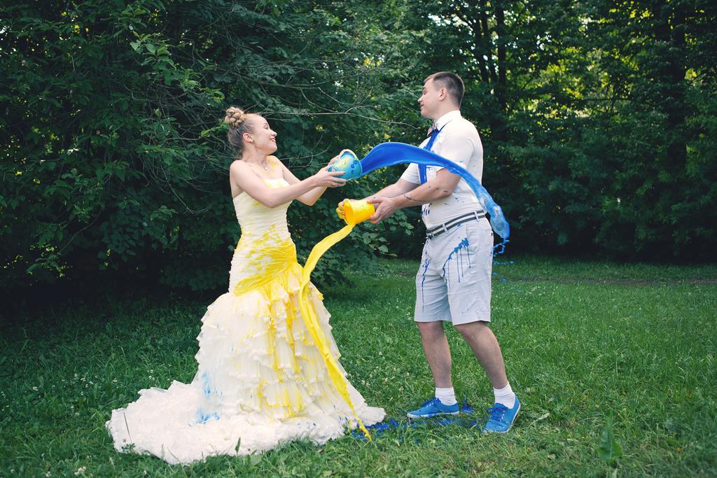 neobychnaya-svadebnaya-fotosessiya-s-kraskami Идея для свадебной фотосессии с красками