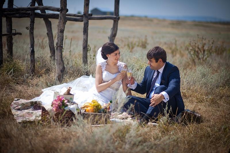 piknik-dlya-svadebnoj-fotosessii Свадебная фотосессия в форме пикника, сочетаем приятно с полезным