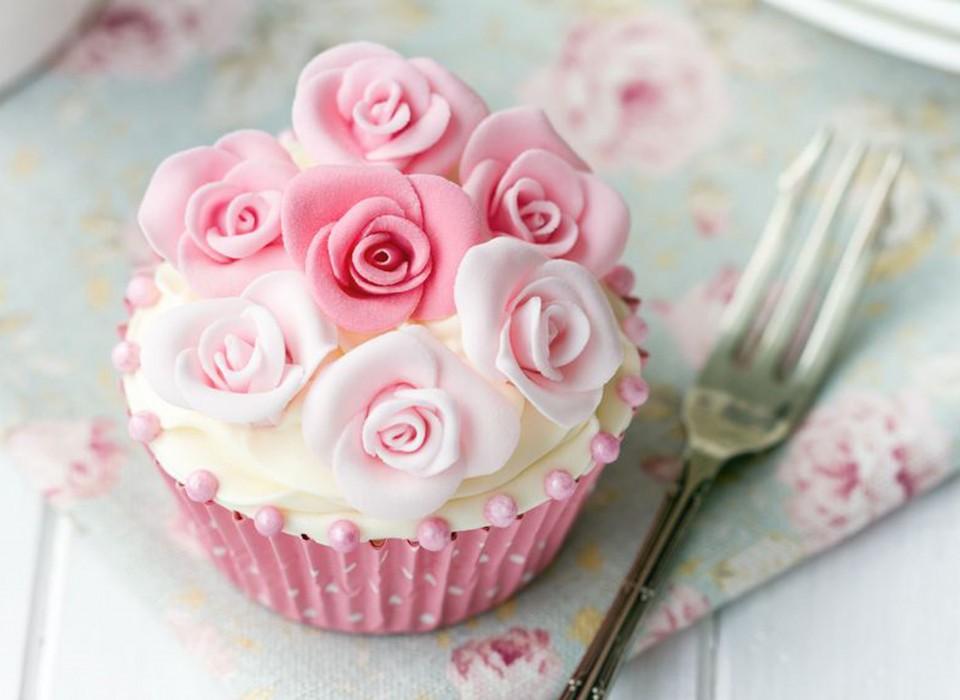 rozovyj-kapkejk-s-rozochkami Стильные розовые капкейки для свадебного Кэнди Бара