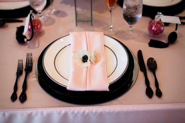 serverovka-svadebnogo-stola-salfetkami Салфетки в сервировке стола, необычный декор или простой предмет необходимости