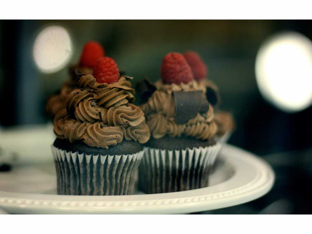 shokoladnye-kapkejki-s-malinoj Ягодные капкейки для летней свадьбы