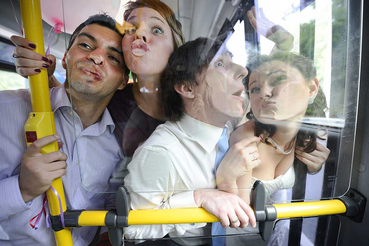 smeshnaya-svadebnaya-fotosessiya-v-avtobuse Постановочная смешная свадебная фотосессия