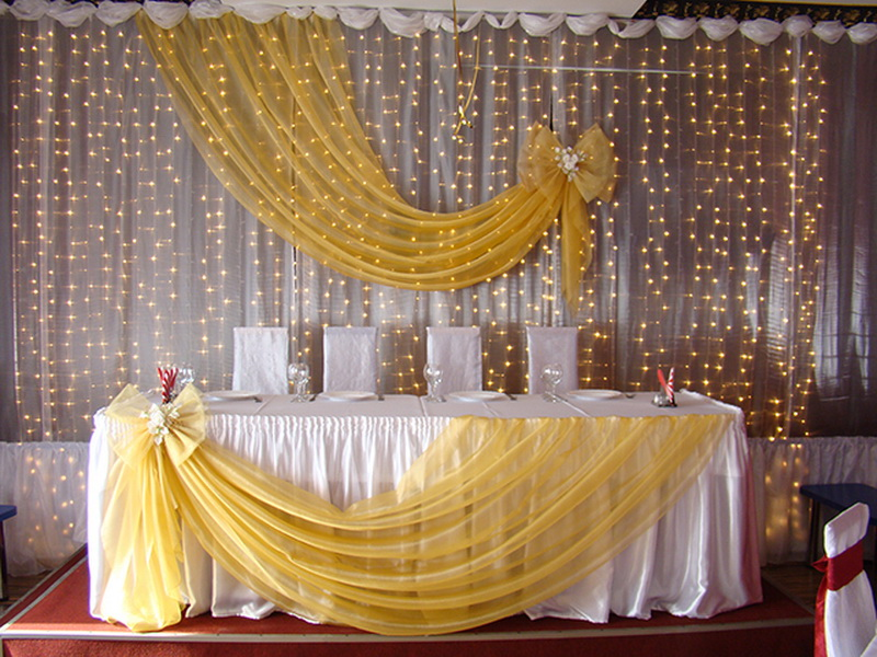 stol-dlya-molodozhenov-ukrashennyj-svetom ТОП-8 идей по оформлению стола жениха и невесты