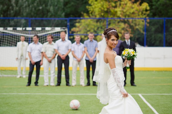 svadebnaya-fotosessiya-na-futbolnom-pole Свадебная фотосессия в футбольных мотивах