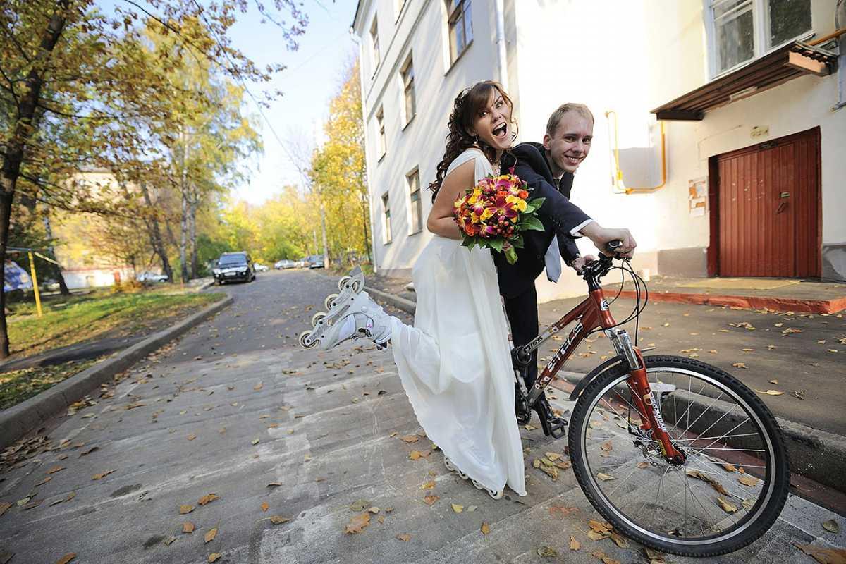 svadebnaya-fotosessiya-na-rolikah Постановочная смешная свадебная фотосессия