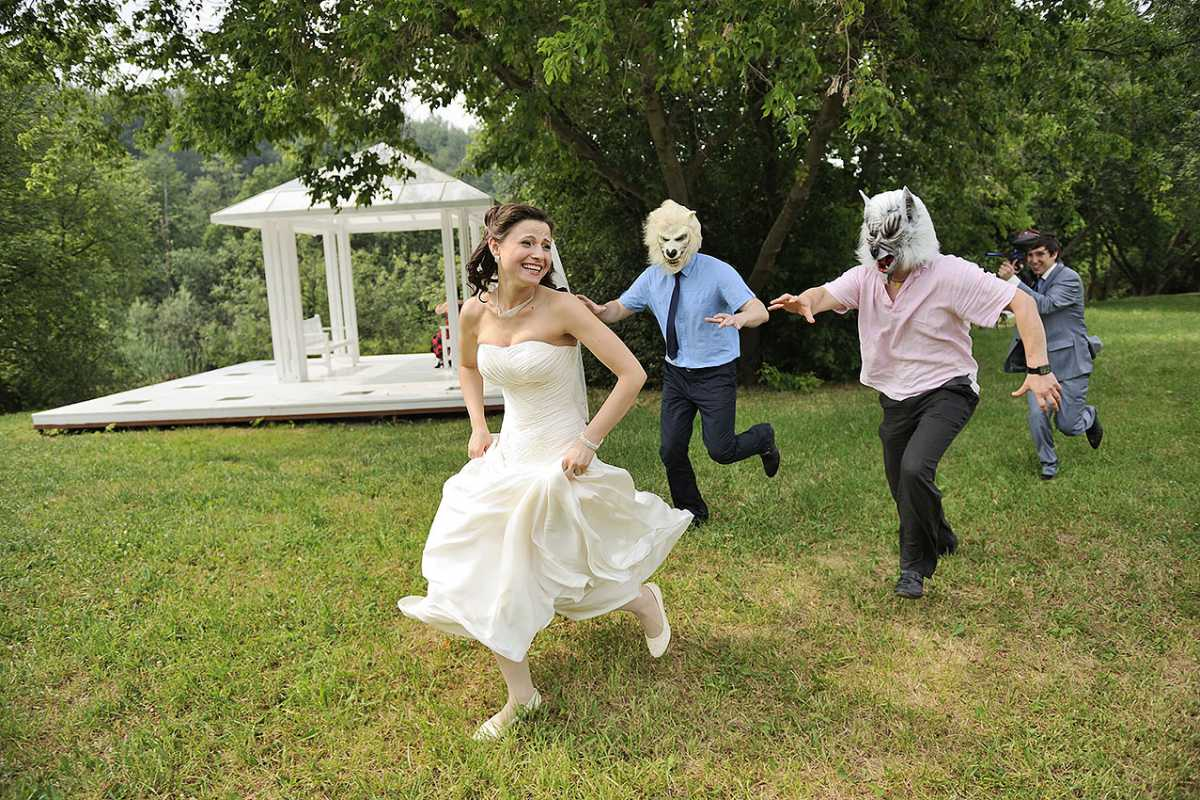 svadebnaya-fotosessiya-po-svazke Постановочная смешная свадебная фотосессия