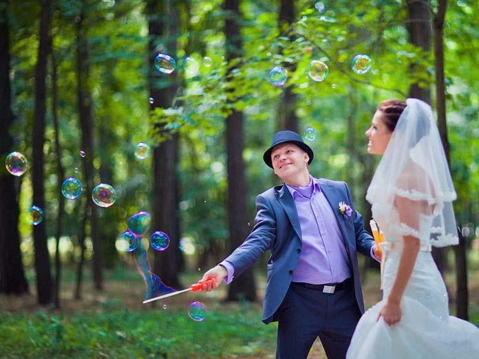 svadebnaya-fotosessiya-s-mylnymi-puzyryami Воздушная свадебная фотосессия с мыльными пузырями