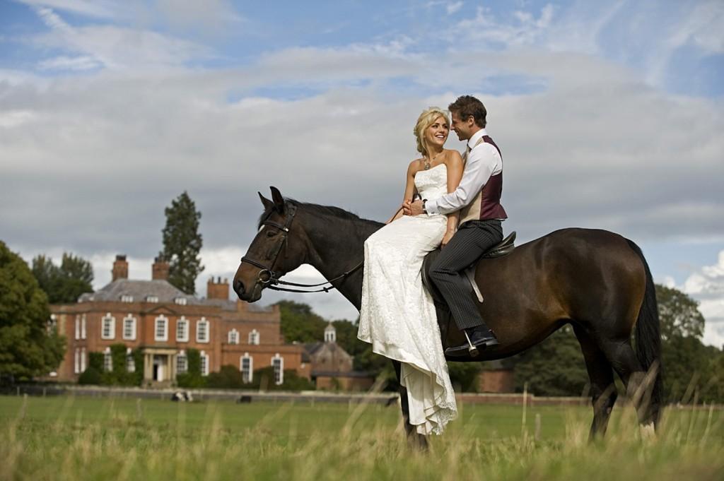 svadebnaya-fotosessiyaya-na-kone Свадебная фотосессия с лошадьми