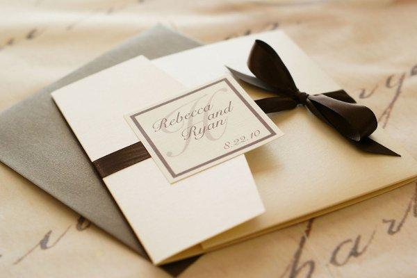 svadebnoe-priglashenie-s-lentami-i-bantom ТОП-5 свадебный приглашений в стили минимализм, которые можно изготовить самостоятельно