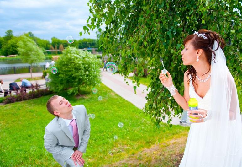 svadebnye-foto-s-mylnymi-puzyryami-1 Воздушная свадебная фотосессия с мыльными пузырями