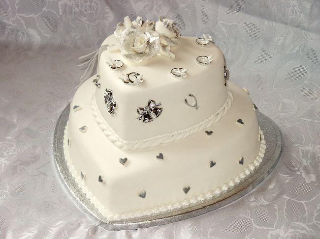 tort-svadebnyj-ruchnoj-raboty Стоит ли заказывать торт у частных кондитеров и кулинаров?