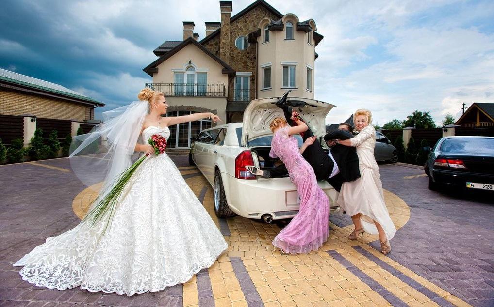 vadebnaya-fotosessiya-nevesta-voruet-zheniha Постановочная смешная свадебная фотосессия