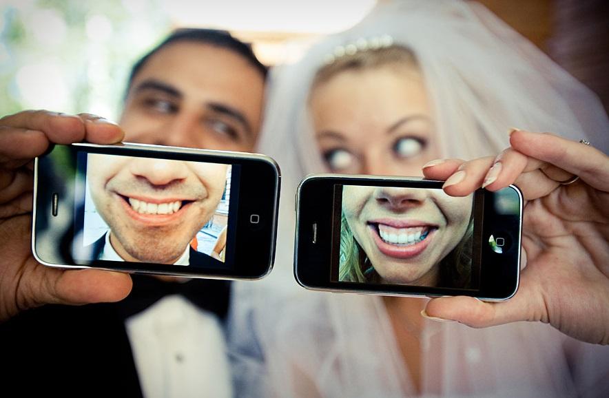 veselaya-fotosessiya-zheniha-i-nevesty Постановочная смешная свадебная фотосессия