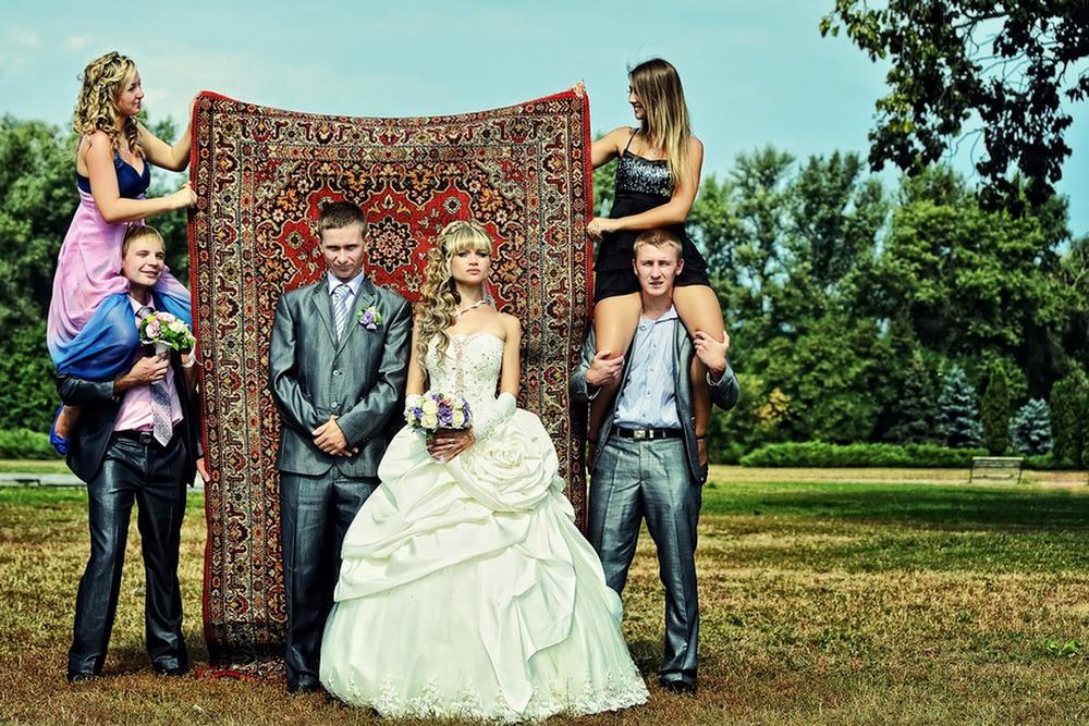 veselaya-svadebnaya-fotosessiya-s-kovrom Постановочная смешная свадебная фотосессия