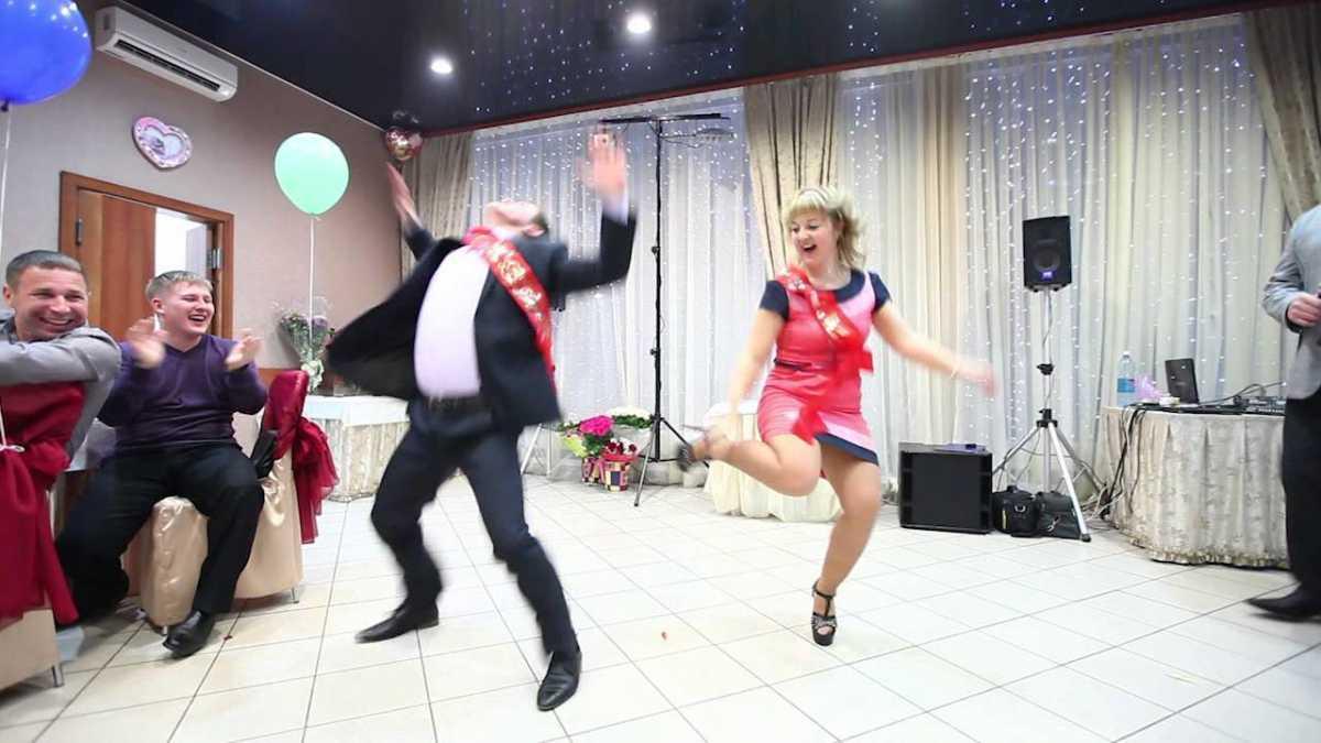 veselye-svidetel-i-svidetelnitsa-na-svadbe Нужно ли дарить подарок свидетельнице?