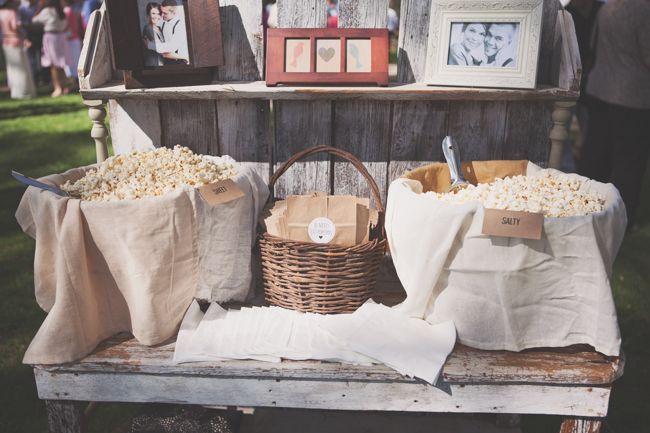 Попкорн бар – один из вариантов свадебного десертного стола