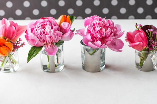 Цветочные композиции с монограммами на свадьбе