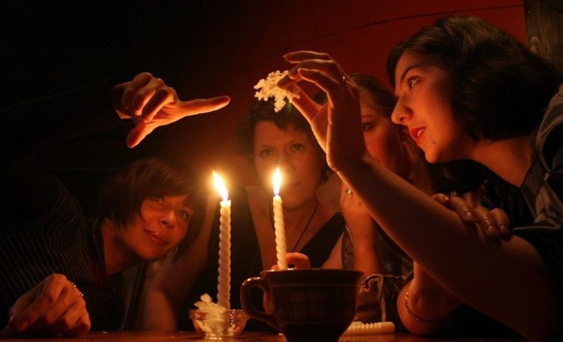 1-gadanie-vo-vremya-devichnika-na-svechah Свадебные гадания для девичника на свечах