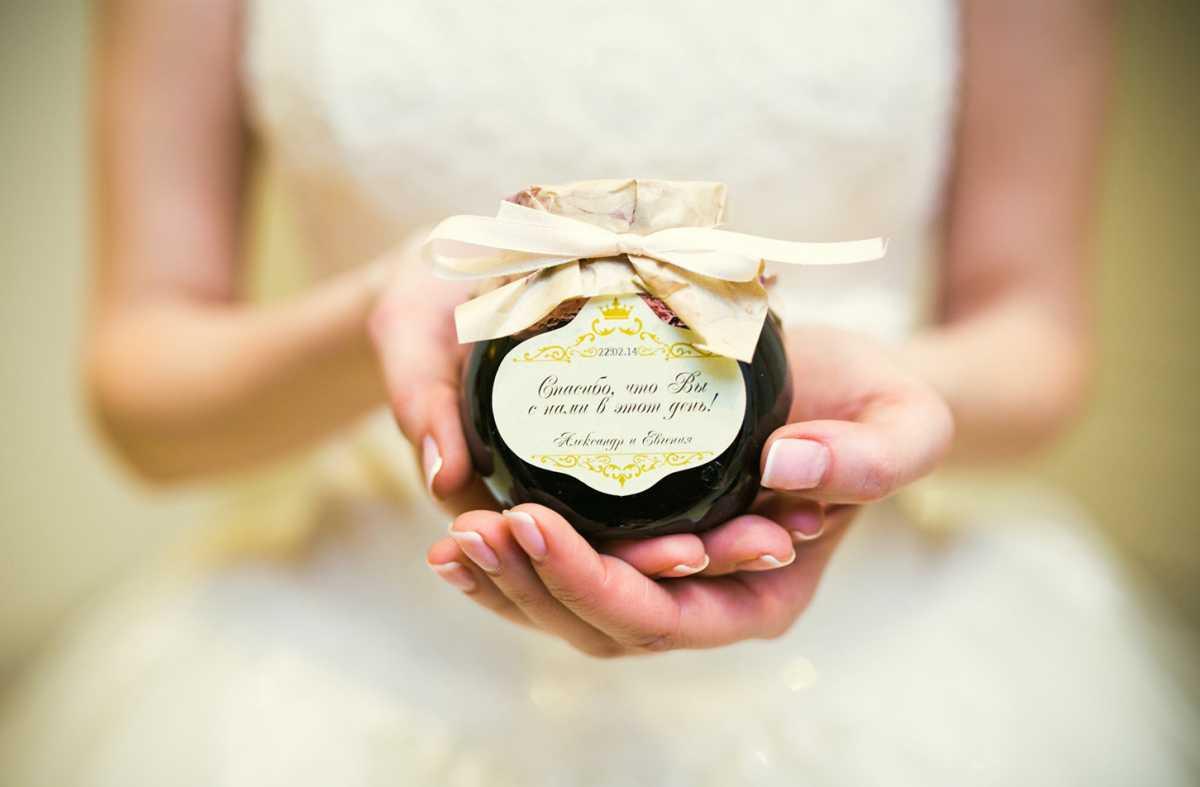 banochki-v-podarok-gostyam-na-svadbu Вместо свадебных бонбоньерок баночки, в подарок гостям на свадьбу