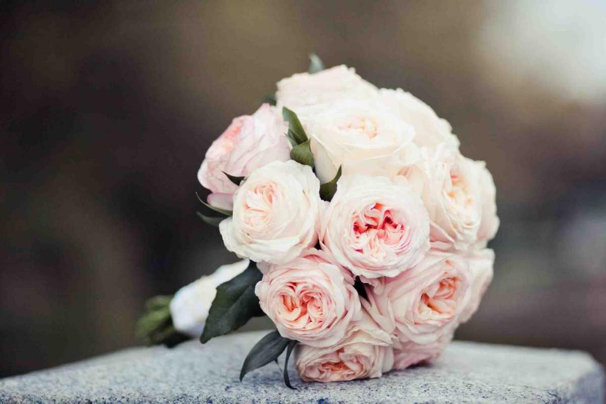 darim-buket-molodozhenam Выбираем цветы в подарок молодоженам на свадьбу