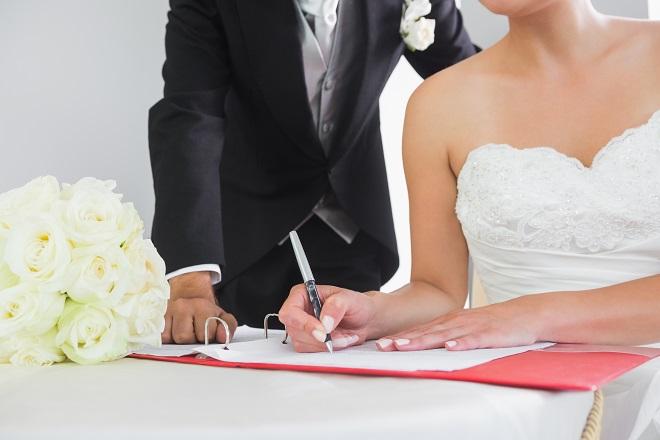 Молодоженам, сменившим после свадьбы фамилию, могут предложить облегченный порядок переоформления документов