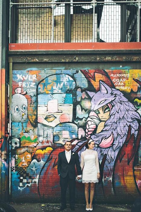 svadebnaya-fotosessiya-na-fone-graffiti Искусство граффити в декоре свадьбы