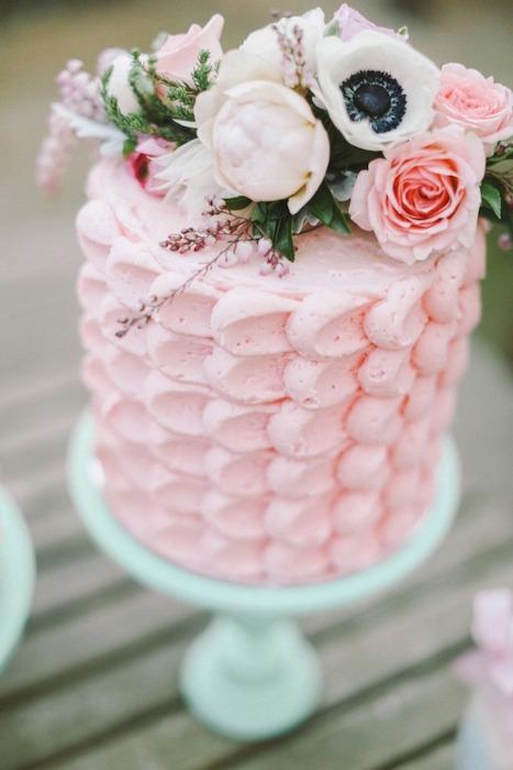 svadebnyj-tort-lepestki ТОП-7 модных фактурных свадебных тортов